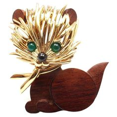 """18k Yellow Gold Onyx & Emerald Wood Cat Brooch Pin by Van Cleef & Arpels. With 2 cabochon emeralds and one black onyx stone.   Details:  Measurements: 2"""" x 1.5"""" Weight: 32.5 grams Stamped Hallmarks: VCA 750 B1039I2 French Hallmarks"""