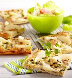 Frühlings-Flammkuchen mit Birne #hochland #käse #rezept #recipe #cheese #flammkuchen #birne #ofenaufstrich