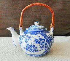 Théière asiatique porcelaine blanche et décor bleu poignée en bambou ou rotin avec son filtre en porcelaine pas de signature contenance 1/2 L environ