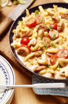 MAGGI Rezeptidee fuer Bratwurst-Spätzle-Pfanne Beer Brats, Spatzle, Beer Recipes, Wok, Food Inspiration, Pasta Salad, Macaroni And Cheese, Brunch, Food And Drink