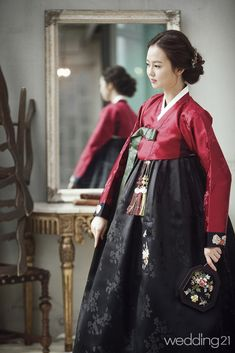Parents classic low bun for hanbok. Korean Traditional Dress, Traditional Fashion, Traditional Dresses, Vogue Korea, Korean Dress, Korean Outfits, Modern Hanbok, Oriental Dress, Folk Costume