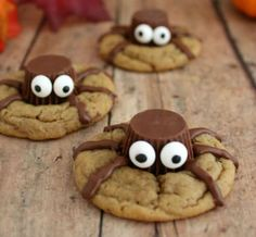 Halloween Treat: Spooky Spider Cookies These spooky spider cookies are so fun and so easy to make! The post Halloween Treat: Spooky Spider Cookies appeared first on Halloween Treats. Halloween Desserts, Bolo Halloween, Hallowen Food, Halloween Treats For Kids, Spooky Treats, Halloween Goodies, Halloween Birthday, Holiday Treats, Holiday Recipes