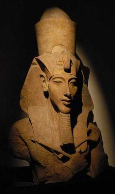 Magnifique pilier monumental dun temple de Karnak représentant Akhenaton sous forme dun Osiris.