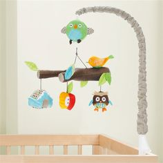 Heerlijk in slaap vallen met de Skip Hop Treetop Friends mobiel boven de wieg! De tak met schattige diertjes kan ronddraaien en muziek afspelen. Een hele show om naar te kijken en te luisteren. Zo valt elk kleintje rustig en fijn in slaap.