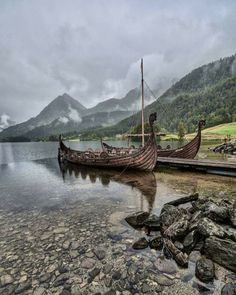 The Vikings ruled Norway for 250 years, and in Fjord Norway you'll find many signs of the rich Viking history. Find more on the Norwegian Vikings here! Norwegian Vikings, Nordic Vikings, Viking Life, Viking Warrior, Viking Woman, Vikings Art, Viking Aesthetic, Viking Longship, Viking Village