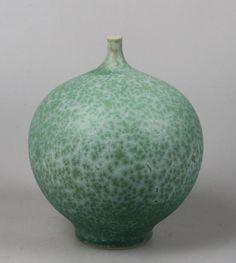 Porseleinen bolvaas met kristalglazuur in groentinten, Hein Severijns. Gesigneerd hein, hoogte ca. 14,5 cm. In uitstekende conditie.  Hein Severijns werd geboren in 1936 in Maastricht (NL). Sinds 1967 is hij keramist na een studie in Maastricht (Academie voor Toegepaste Kunsten) en in Höhr-Grenzhausen (DE). Hij is bekend geworden met zijn delicate porseleinen vormen bedekt met (zelfontwikkelde) kristalglazuren.  Deze vaas zal aangetekend worden verzonden of kan worden afgehaald in…