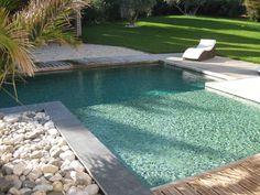 Carrelage piscine pates de verre vert et noir métallique, couleur d'eau naturelle