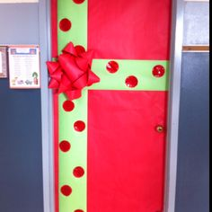 Easy Christmas Classroom Decorations you'll have to check out before you scroll up Gift Wrapped Classroom door decor Christmas Door Decorating Contest, School Door Decorations, Office Christmas Decorations, Class Decoration, Christmas Themes, Christmas Classroom Door Decorations, Wedding Decoration, Simple Christmas, Christmas Crafts