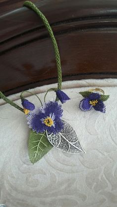 This Pin was discovered by Gul Lace Flowers, Crochet Flowers, Needle Lace, Lace Making, Textiles, Crochet Fashion, Flower Crafts, Needlepoint, Hand Embroidery