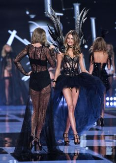 Taylor Swift is basically an honorary Victoria's Secret model. Here are 11 pictures to prove it! Vs Models, Runway Models, Victorias Secret Models, Victoria Secret Fashion Show, Catwalk Fashion, Fashion Models, Victoria Secret Wings, Hallowen Costume, Halloween