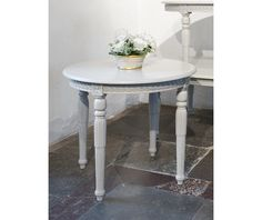 Table in Gustavian style (item no: 5820). Visit our homepage for more information and to view all your finish & fabric options. /SWSC