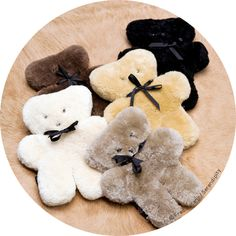 Doudou Flatout Bear tout plat  100%  pure peau de mouton australien en vente chez Serendipity