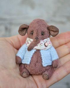 Бодрых выходных ✌️ Покажу ещё малыша Фипа в руке, для масштаба ☺️ #тедди #теддимедведи #мастеркрафт #теддимишка #ялюблюсвоюработу #ручнаяработа #слоник #слониктедди #теддислон #теддислоник #друзьятедди #минитедди #siberianteddybear #teddybear #elephant #teddyelephant #friendteddy #toys_gallery #art_hm_teddy #artistbear #onelovehandmade #vintage #best_handmade_world #myhmwork #minitoy #miniteddy