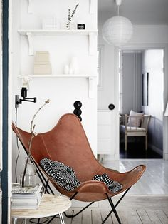 Carpintería antigua en un piso moderno – For the Home – scandinavian interiors – einrichtungsideen wohnzimmer Home Living Room, Living Room Designs, Living Room Decor, Decor Room, Apartment Living, Leather Butterfly Chair, Retro Home Decor, Deco Design, Design Set