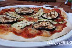 Um eine Pizza vom Grill zubereiten zu können, bedarf es ein paar Vorkehrungen. Diese haben wir für euch zusammengefasst.
