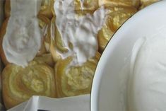 Šneci s tvarohem a zakysanou smetanou - VařímeDobroty.cz Camembert Cheese, Waffles, Pizza, Breakfast, Dessert, Morning Coffee, Waffle