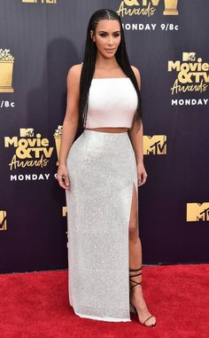 Kim Kardashian from MTV Movie & TV Awards Red Carpet Fashion The Keeping Up With the Kardashians star models an Atelier Versace design. Celebrity Style Casual, Kim K Style, Tv Awards, Kardashian Style, Kardashian Kollection, Red Carpet Looks, Red Carpet Dresses, Cute Skirts, Red Carpet Fashion