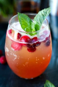 Get into the holiday spirit with this fresh Holiday Kentucky Buck Recipe. Boozy holiday fortifications never looked more festive or tasted quite so bright! A delicious bourbon cocktail - ready in 5 minutes from start to finish. Bourbon Cocktails, Fruity Cocktails, Cocktail Recipes, Refreshing Drinks, Drink Recipes, Bourbon Recipes, Dinner Recipes, Whiskey Drinks, Alcohol Recipes