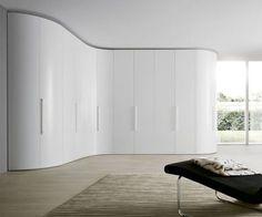 Der Eckschrank Curvo ist nicht nur optisch ein absoluter Überflieger, auch das Modulsystem dahinter ist bis in kleinste Detail durchdacht. #Kleiderschrank #Eckschrank #wardrobe #closet #furniture #einrichten #interior #interiordecorating #inspiration #stauraum
