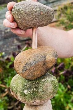 DIY garden projects with stones The gardening glove - Diyde .- DIY garden projects with stones The gardening glove - Diy Garden Projects, Garden Crafts, Diy Garden Decor, Outdoor Projects, Garden Ideas, Easy Projects, Garden Decorations, Garden Whimsy, Flowers Decoration