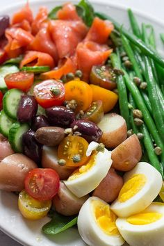 This Classic French Nicoise Salad features delicious smoked salmon, tangy capers and olives and lots of summer fresh produce. This healthy clean eating salad will make a delicious date night dinner recipe. Smoked Salmon Breakfast, Smoked Salmon Sandwich, Smoked Salmon Salad, Salmon Salad Recipes, Smoked Salmon Recipes, Easy Salad Recipes, Healthy Recipes, Easy Pasta Dinner Recipes, Night Dinner Recipes