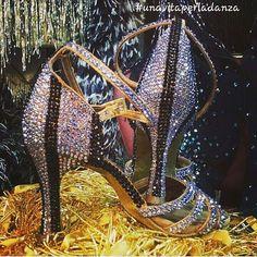 Scarpe da ballo colme di strass...vi piacciono?! 😍😍 #unavitaperladanza #dancesportshoes #danceshoes #Swarovski #strass #shoes #latinshoes #ballroomshoes #atelier #lukryfashion #marcoswan #ballroomshop #ballroomatelier #shoesofdance