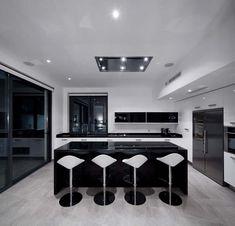laque noire, avec du blanc, vraiment trop foncé ici, car les murs ne sont pas blanc... Cuisine design