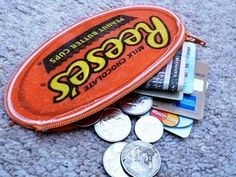 Lostlessness: Zipper pouch from recycled Reese wrapper – makingtrends Candy Wrapper Purse, Candy Wrappers, Candy Bags, Recycled Crafts, Handmade Crafts, Zipper Bags, Zipper Pouch, Feed Sack Bags, Duct Tape Crafts