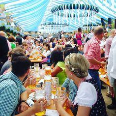 Hola! Soy Flor de @viajeydescubra (viajeydescubra.com). Esta semana seré su acompañante viajando con fotos y experiencias aquí en la cuenta de la #comuviajera.  Una de las fiestas más grandes a las que tuve la suerte de ir en un viaje: El famoso #Oktoberfest de #Munich! Es la meca de la cerveza mundial no hay dudas. Conocí gente de muchísimas cuidades de #Europa que estaban allí pura y exclusivamente para tomar #cerveza girando por las carpas del predio. Como si fuera una feria tipo kermesse…