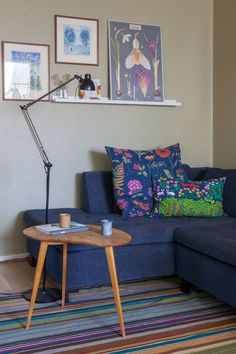 Vanhan Herttoniemen kerrostalossa asutaan talon aikataulun hengen mukaisesti ja värikylläisesti. Decor, Furniture, Sofa, Home, Couch, Home Decor