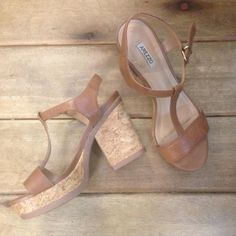 Sandália #Arezzo de couro com salto e meia pata para disponibilizar conforto  #brechocamarimtododianovidade  #brecho .