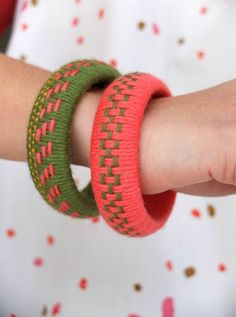 Here is an easy and fun craft for weaving Yarn Bangles. How to turn a hard wood bangles into. The post The Perfect DIY Unique Woven Yarn Bangles appeared first on The Perfect DIY. New Crafts, Yarn Crafts, Weaving Yarn, Thread Bangles, Yarn Stash, Diy Schmuck, Crochet Projects, Diy Jewelry, Jewellery