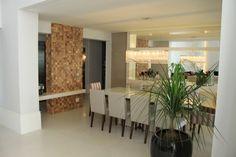 sala de jantar. curti o detalhe da madeira com a casa clara. Espelho, balcao, lustre e mesa