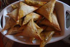 Samosas, eine ostafrikanische Spezialität. Wie man sie macht und noch viel mehr afrikanische Rezepte, erfährst du hier bei Arrival Planet.