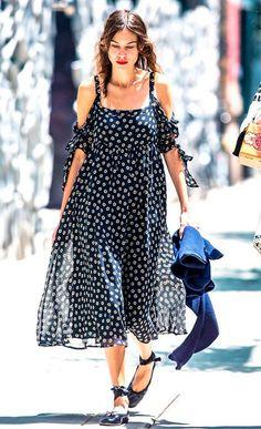 Street style look com vestido azul e sapatilha de bailarina.