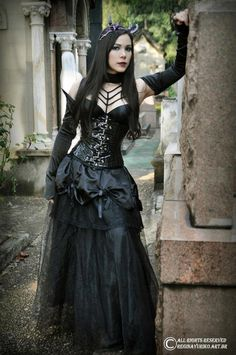 Top Gothic Fashion Tips To Keep You In Style. As trends change, and you age, be willing to alter your style so that you can always look your best. Consistently using good gothic fashion sense can help Hot Goth Girls, Gothic Girls, Goth Beauty, Dark Beauty, Gothic Outfits, Gothic Dress, Dark Fashion, Gothic Fashion, Style Fashion