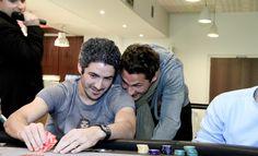 ASSE Poker Tour - Détendu, Fabien Lemoine montre son jeu à Jérémy Clément. Vu le sourire, ça ne sent pas les As ! #ASSE #Winamax #Poker #Football