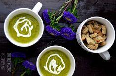 Zupa z cukinii 500 g cukinii (2 cukinie) 500 ml bulionu 1 cebula 2 duże ząbki czosnku łyżeczka oliwy  4 łyżeczki jogurtu naturalnego 2 % curry, sól, pieprz do smaku Przygotowanie: W garnku na podsmaż pokrojoną w kostkę cebulę oraz czosnek. Dodaj pokrojoną na małe kawałki cukinię i duś kilka minut. Zalej wszystko bulionem i gotuj do miękkości cukinii – 10-15 minut. Zupę zmiksuj blenderem i dopraw. Rozlej do miseczek, dodaj po łyżeczce jogurtu i po porcji dietetycznych grzanek