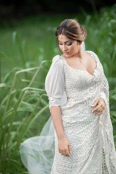Indian Fashion Dresses, Indian Bridal Fashion, Indian Outfits, Sri Lankan Wedding Saree, Sri Lankan Bride, White Saree Wedding, Christian Wedding Sarees, Wedding Bride, Wedding Stuff