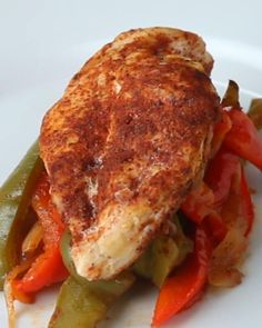 Here's what you'll need:* ½ green bell pepper, sliced* ½ red bell pepper, sliced* ¼ onion, sliced* Olive oil* Salt, to taste* Pepper, to taste* 1 chicken breast* Parchment paperFor the fajita seasoning:* ½ tablespoon chili powder* ¼ teaspoon garlic powder* ¼ teaspoon cumin* ¼ teaspoon paprika* ¼ teaspoon salt* ¼ teaspoon ground black pepperAnd here's what you'll need to do:1.Preheat oven to 400°F/200°C.2.Place bell peppers and onions into mixing bowl and thoroughly coat with olive oil…