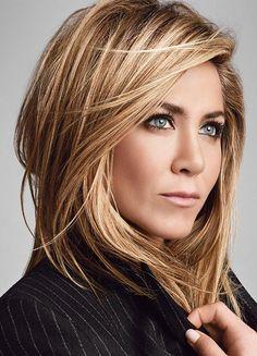 Le châtain balayé—Si on a les cheveux châtains, on imite la comédienne Jennifer Aniston avec sa multitude de petites mèches blondes. Pinterest: SMBN