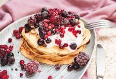 Idee de mic dejun în weekend - clătite pufoase cu iaurt, cottage cheese și fructe de pădure.