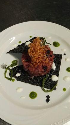 Tartare di tonno rosso su foglio di pane nero al carbone profumato di lentisco e riccioli di pasta fillo.