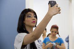 Weny Beatriz tira uma selfie para registrar a maquiagem.