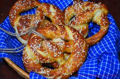Covrigi bavarezi (Bretzel) - CAIETUL CU RETETE Onion Rings, Bavaria, Chicken Wings, Sausage, Ethnic Recipes, Romanian Recipes, Sweet And Saltines, Kitchens, Pretzels