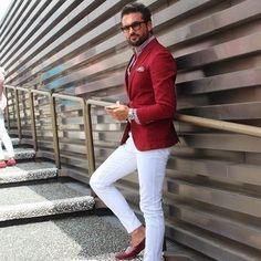 Tenue: Blazer rouge, Chemise à manches longues en vichy rouge, Pantalon chino blanc, Slippers en cuir bordeaux