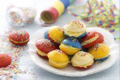 I whoopie arcobaleno sono una versione spiritosa e allegra dei morbidi dolcetti americani, farciti con crema pasticcera, ideali per carnevale.