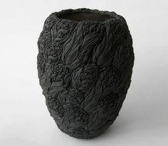 Один месяц, чтобы создать форму, три недели, чтобы прикрепить листья, и до пяти месяцев чтобы высохнуть. Вот краткое изложение процесса работы Hitomi Hosono, которая создает ботанические керамические скульптуры. Самое удивительное, что она воссоздает все листочки по памяти.