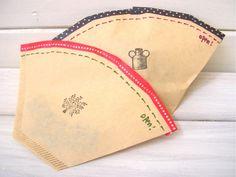 コーヒーフィルターを小さなお菓子や小物をプレゼントする袋として使ってみると、意外性のあるかわいいラッピングができます。