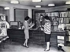 Mulheres afegãs em uma biblioteca pública antes do Talibã tomar o poder, 1950.
